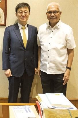 강상민 제인모터스 경영총괄 부사장(왼쪽)은 7월 말 필리핀에서 레온시오 에바스코 필리핀 내각장관을 만나 전기지프니 생산과 관련한 협의를 했다.  /제인모터스 제공