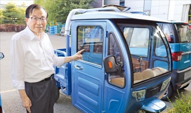 유동옥 대화연료펌프 대표가 인천 본사에서 오는 11월 출시할 삼륜 전기차를 선보이고 있다.  /강준완 기자