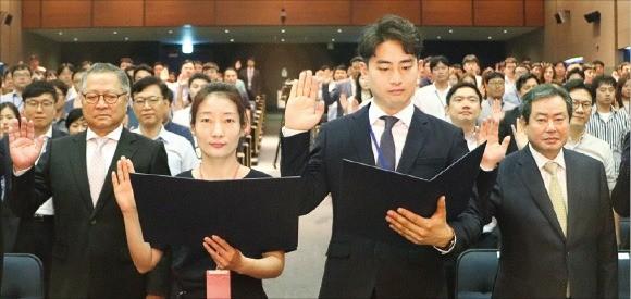 공영홈쇼핑 임직원이 1일 서울 상암동 누리꿈스퀘어에서 열린 개국 3주년 기념식에서 국내 생산 제품만을 취급하는 '메이드 인 코리아' 선언을 하고 있다.  /공영홈쇼핑  제공