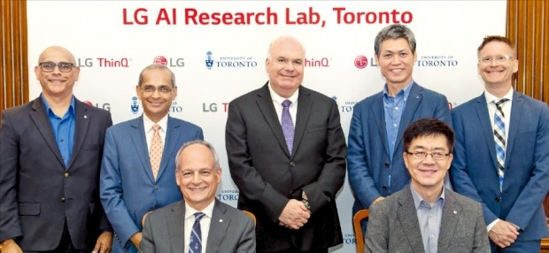 LG전자가 캐나다 토론토에 '토론토 인공지능연구소'를 열었다. 박일평 LG전자 최고기술책임자(CTO·사장·앞줄 오른쪽)와 메릭 저틀러 토론토대 총장(왼쪽)이 지난달 26일 공동 인공지능 연구에 합의한 뒤 관계자들과 기념촬영하고 있다.