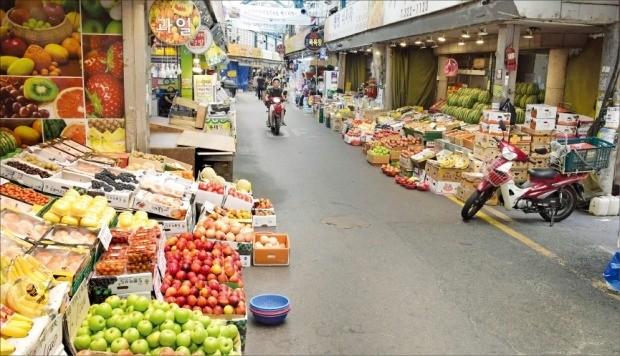 < 한산한 전통시장 > 2일 냉방기기가 없는 서울의 한 전통시장엔 소비자 발길이 뚝 끊겼다.  /김영우 기자 youngwoo@hankyung.com