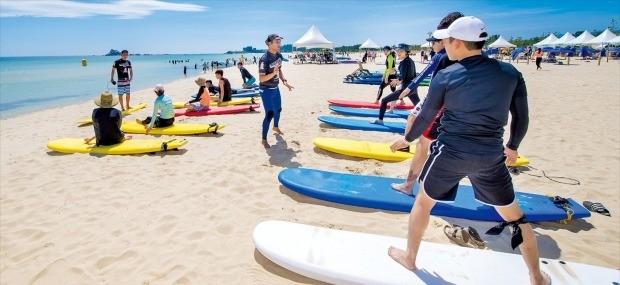 강원 고성군 삼포해수욕장에서 서퍼들이 서핑강습을 받고 있다.  /고성군청 제공