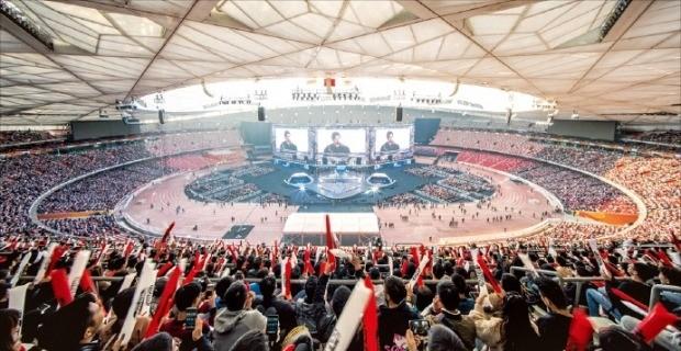 4만여 명 관중이 지난해 11월 중국 베이징올림픽 주경기장에서 열린 e스포츠 '리그오브레전드 월드 챔피언십' 결승전을 지켜보고 있다.  /라이엇게임즈 제공