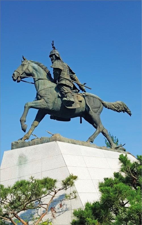 귀주대첩의 영웅 강감찬 장군의 낙성대 동상. 고려는 외침을 자력으로 방어한 군인의 나라다.