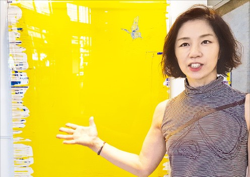 최유미 씨가 자신의 작품 '요트, 세일링'을 설명하고 있다.