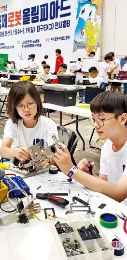 대구에서 15일 개막한 로봇올림피아드 한국대회 본선경기 참가 학생들이 로봇을 활용해 주어진 과제를 수행하고 있다.  오경묵  기자