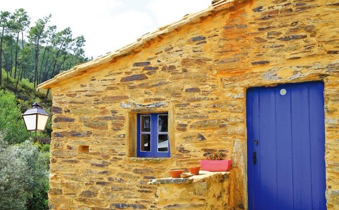 ② 파란색 문이 도드라져 보이는 황토색 편암으로 지은 집