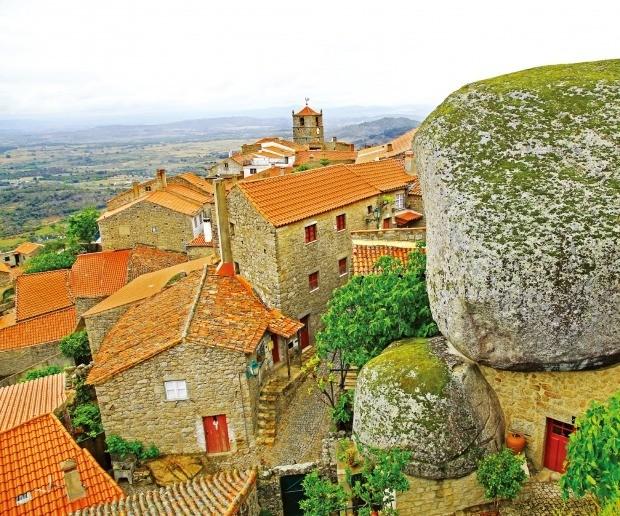 우주에서 떨어진 운석 같은 돌과 함께 살아가는 마을 몬산투.