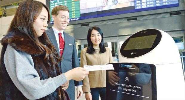 인천국제공항에 설치된 LG전자의 공항 안내 로봇이 고객들에게 항공 탑승 정보를 안내하고 있다.  /LG전자 제공