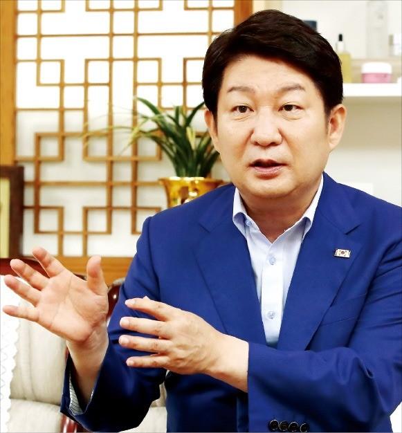 """권영진 대구시장은 22일 한국경제신문과의 인터뷰에서 """"대구 전역을 테스트베드화해 기업들이 마음 놓고 신기술을 실험해 해외로 진출할 수 있도록 지원하겠다""""고 강조했다.  /대구시  제공"""