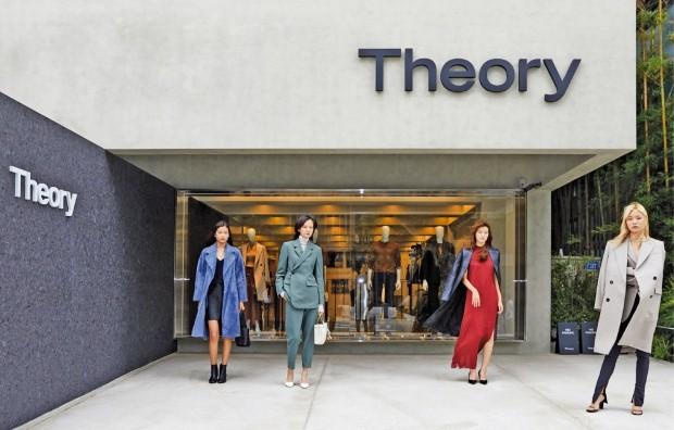 뉴욕 패션 브랜드 '띠어리(Theory)'는 지난 23일 서울 한남동에 플래그십스토어를 개장했다. 공연장·카페까지 갖춘 복합 문화공간 스타일로  젊은 층 공략에 나선다는 계획이다.