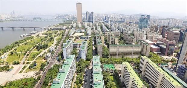 박원순 서울시장이 여의도·용산 일대 개발계획을 보류하겠다고 발표하면서 이 지역 부동산 시장이 술렁이고 있다. 최근 가격이 급등한 여의도 일대 아파트.  /한경DB