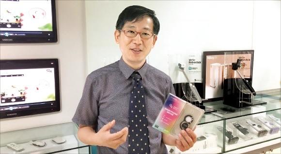 김연수 아이티버스 대표가 스마트폰에서 사용할 수 있는 입력 장치인 'Q마우스 스마트 패치'를 소개하고 있다.  /김기만 기자