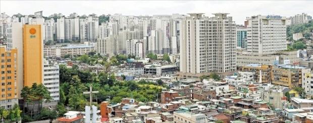 < 투기지역으로 묶인 동작구 아파트 > 정부가 투기지역으로 신규 지정한 서울 동작구의 아파트 단지. 한국감정원에 따르면 올해 초부터 이달 셋째주까지 동작구 아파트 가격은 7.29% 올랐다.  /김범준 기자 bjk07@hankyung.com