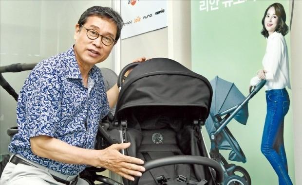 이의환 에이원 대표가 휴대용 유모차 신제품 '프라임라이트'에 대해 설명하고 있다. 허문찬 기자 sweat@hankyung.com