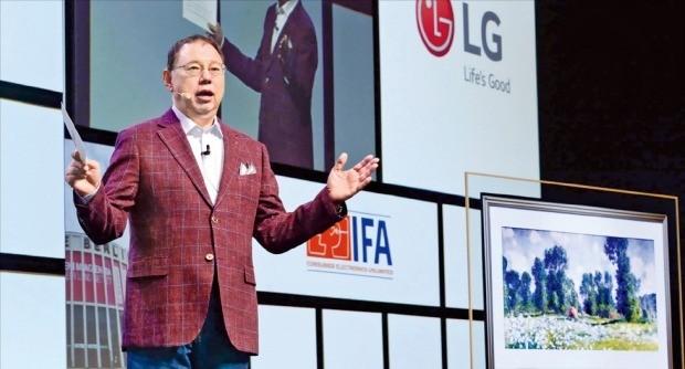"""조성진 LG전자 부회장은 31일 독일 베를린에서 열린 'IFA 2018'에서 개막 기조연설을 통해 """"인공지능(AI)이 모든 생활공간과 시간을 하나로 통합시킬 것""""이라며 """"사람들이 더 자유롭고 가치 있는 삶을 추구할 수 있는 새로운 가능성이 열렸다""""고 말했다.   /LG전자 제공"""