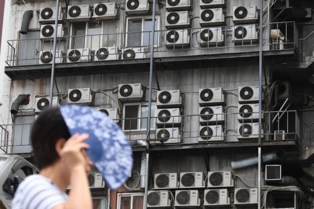 연일 기록적 폭염이 전국은 휩쓸고 있는 가운데, 시민들이 23일 서울 중구 남대문로의 한 빌딩 뒷면을 가득 메운 에어컨실외기 앞을 지나가고 있다. 신경훈 기자 khshin@hankyung.com