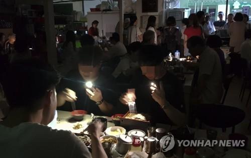"""최악 폭염 """"밤마다 정전 걱정""""…주민들 '불안불안'"""