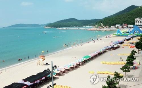 """""""막바지 휴가 즐기자"""" 무더위에도 해수욕장·계곡 북적"""
