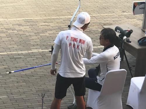 """[아시안게임] """"南이 꼭 금메달 따길""""…훈훈했던 양궁 남북 대결"""