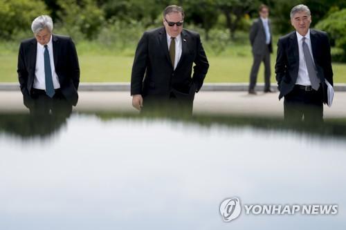 """""""트럼프, 오전회의서 방북취소 결정 후 폼페이오와 트윗 작성"""""""