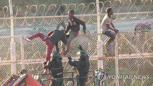 스페인, 자국령 세우타 진입 아프리카 난민 116명 추방…이례적