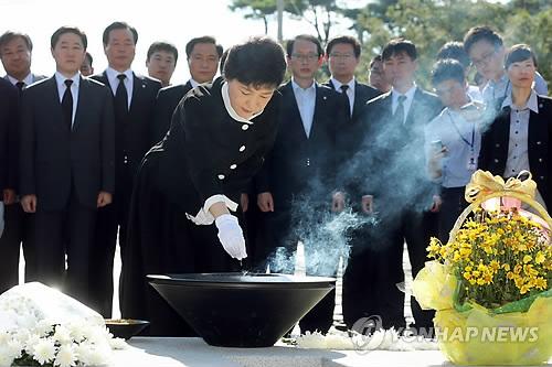 여야 줄줄이 봉하마을행… 정치적 상징성 부각