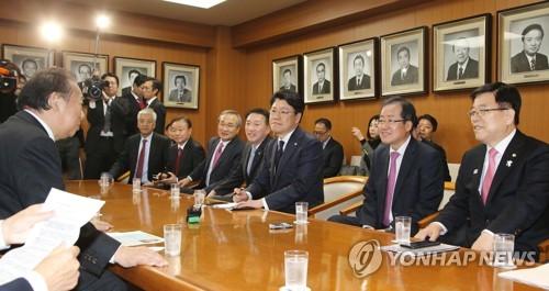 """日여당 간사장, 300명 이끌고 서울 방문…""""아베 총리 절대 지지"""""""