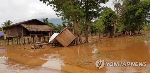 """라오스, 댐사고 실종자 97명 수색 중단… """"물 빠지면 재개"""""""