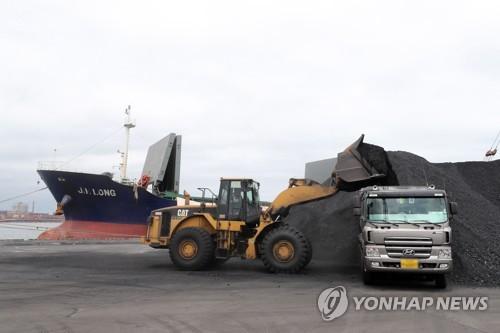 北석탄반입 선박 억류 고민하던 정부, '입항금지'로 결론