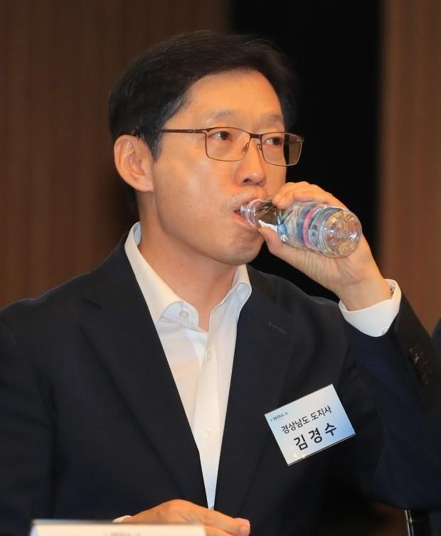 물 마시는 김경수 경남지사 (사진=연합뉴스)