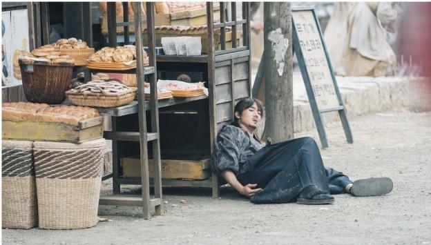 '미스터 션샤인' 유연석, 예상치 못한 총성에 피투성이 '불안감 고조'