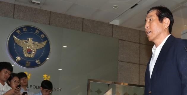 이명박 정부 시절 경찰의 댓글 공작을 지휘한 혐의를 받는 조현오 전 경찰청장이 5일 오전 서울 서대문구 경찰청으로 직권남용 권리행사방해 피의자로 출석하고 있다. [사진=연합뉴스]