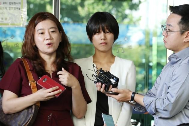 5일 오전 서울 서부지방법원에서 열린 '유튜버 촬영물 유포 및 강제추행 사건' 제1회 공판을 방청한 피해자 양예원(오른쪽)씨와 이은의 변호사가 기자들과 인터뷰하고 있다. [사진=연합뉴스]
