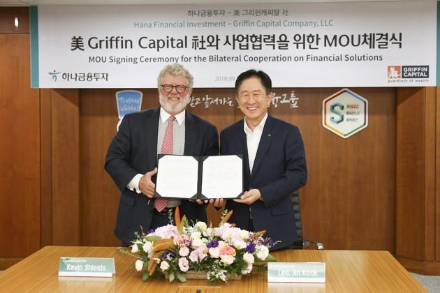 이진국 하나금융투자 대표이사(오른쪽)과 캐빈 쉴즈 그리핀 캐피탈 CEO(왼쪽)이 업무협약을 기념해 사진촬영을 하고 있다. (자료 = 하나금융투자)