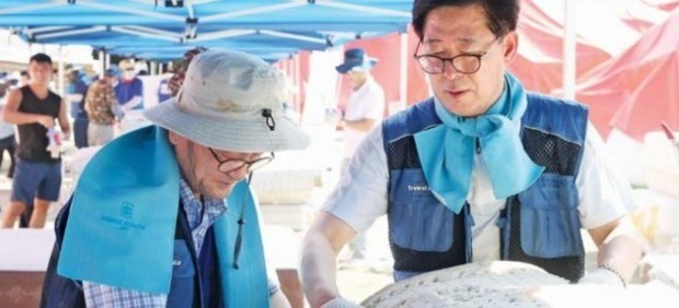 양승조 충남지사(오른쪽)가 대진침대 본사에서 라돈침대 매트리스 해체 작업을 하고 있다. /충청남도 제공