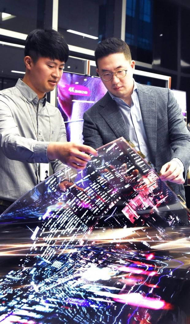 구광모 (주)LG 회장이 12일 오후 서울시 강서구 마곡 LG사이언스파크를 방문해 연구원과 함께 '투명 플렉시블 OLED'를 살펴보고 있다.