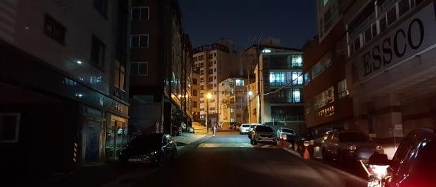 울산 동구 현대중공업 인근 상점과 원룸 등에 불이 꺼져 있다. 한경DB