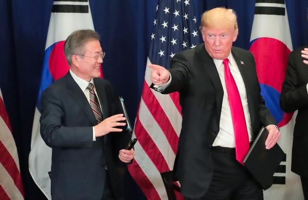 문재인 대통령과 도날드 트럼프 미국 대통령이  24일(현지시각) FTA 재개정 합의문에 서명한 후 포즈를 취하고 있다. 뉴욕=허문찬 기자 sweat@hankyung.com