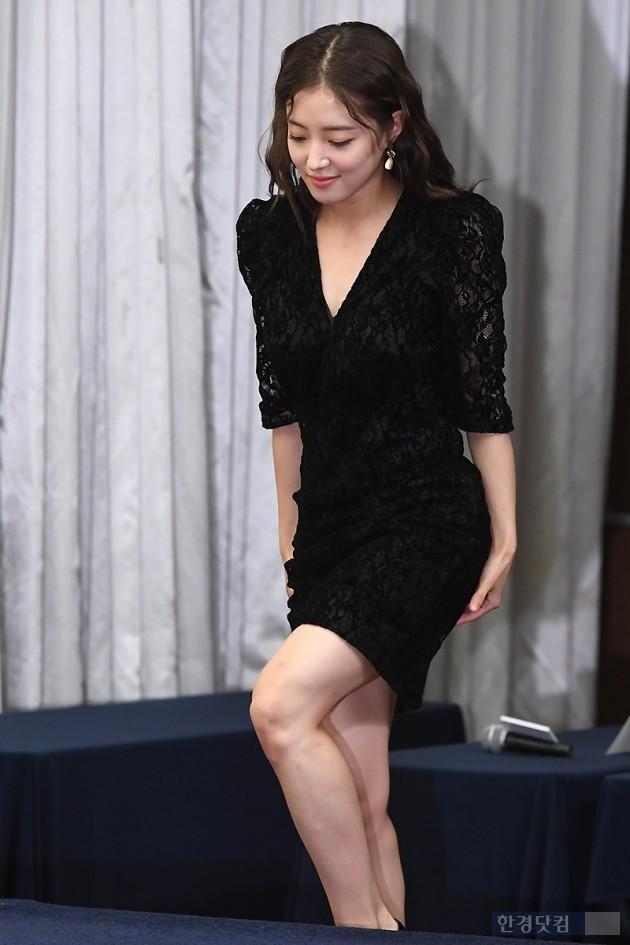 [포토] 이세영, '블랙 원피스 입고 조심조심~'