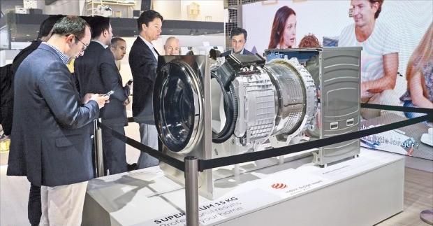 중국 가전업체 하이얼은 IFA 2018에서 자사 '아이 리프레시' 세탁기에 장착된 모터의 구동 모형을 전시했다. /고재연 기자