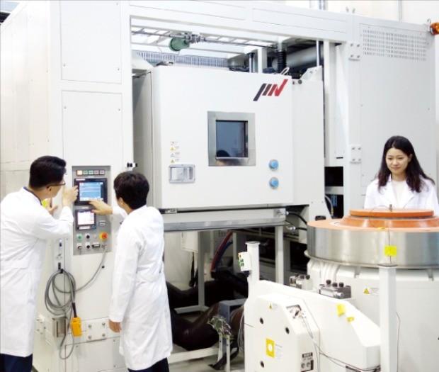 경북하이브리드부품연구원 연구원들이 부품경량화기술센터에 있는 복합소재 급속 내열성 및 진동과 충격 내구성을 평가하는 9억원대 장비로 테스트하고 있다.  /경북하이브리드부품연구원  제공