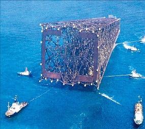 1976년 무게 550t짜리 대형 철골구조물이 바지선에 실려 사우디아라비아 주베일 산업항 건설현장으로 옮겨지고 있다.  /현대건설 제공