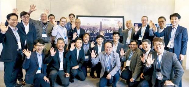 지난 7일 미국 뉴욕에서 열린 삼성전자 뉴욕 AI 연구센터 개소식에서 김현석 CE부문장 겸 삼성리서치 연구소장(뒷줄 왼쪽 두 번째) 등 참석자들이 기념촬영하고 있다.  /삼성전자 제공