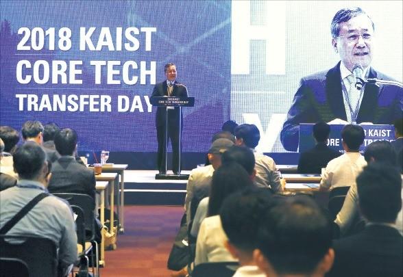 신성철 KAIST 총장이 10일 서울 삼성동 코엑스에서 열린 '핵심 특허기술 이전 설명회'에서 행사 기획 배경을 설명하고 있다. /KAIST 제공