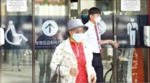 메르스 환자를 치료하고 있는 서울대병원을 찾은 방문객이 마스크를 쓴 채 응급실을 나오고 있다.  /강은구 기자 egkang@hankyung.com