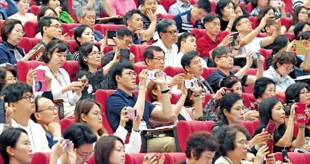 < 뜨거운 관심 > 14일 열린 '제1회 한경 집코노미 부동산 콘서트'에서 참석자들이 강연 내용을 촬영하거나 자료에 밑줄을 치면서 듣고 있다.  /김범준 기자 bjk07@hankyung.com