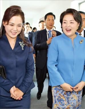 18일 오후 평양 음악종합대학을 둘러보고 있는 김정숙 여사(오른쪽)와 이설주.