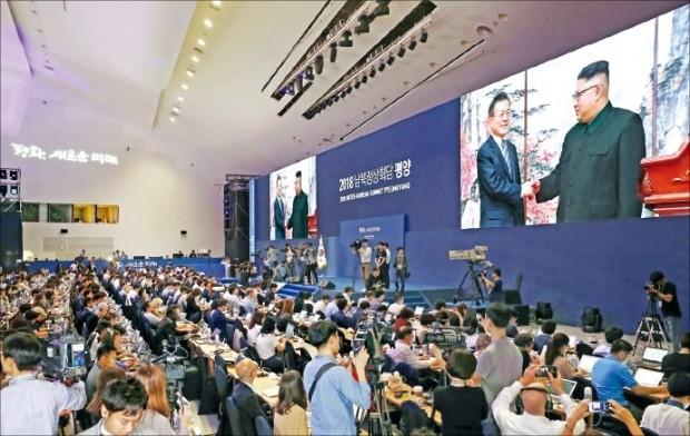 서울 동대문디자인플라자(DDP)에 마련된 프레스센터에서 '9·19 평양선언'을 발표한 문재인 대통령과 김정은 북한 국무위원장의 모습을 내외신 기자들이 영상으로 지켜보고 있다.  /연합뉴스