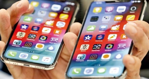 6.5인치 디스플레이를 적용한 애플의 아이폰ⅩS맥스(오른쪽)와 아이폰ⅩS. /한경DB